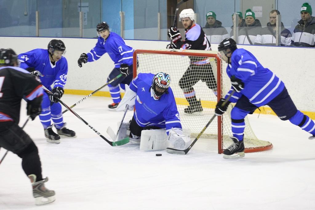 На льду - хоккейная команда Лебединского ГОКа