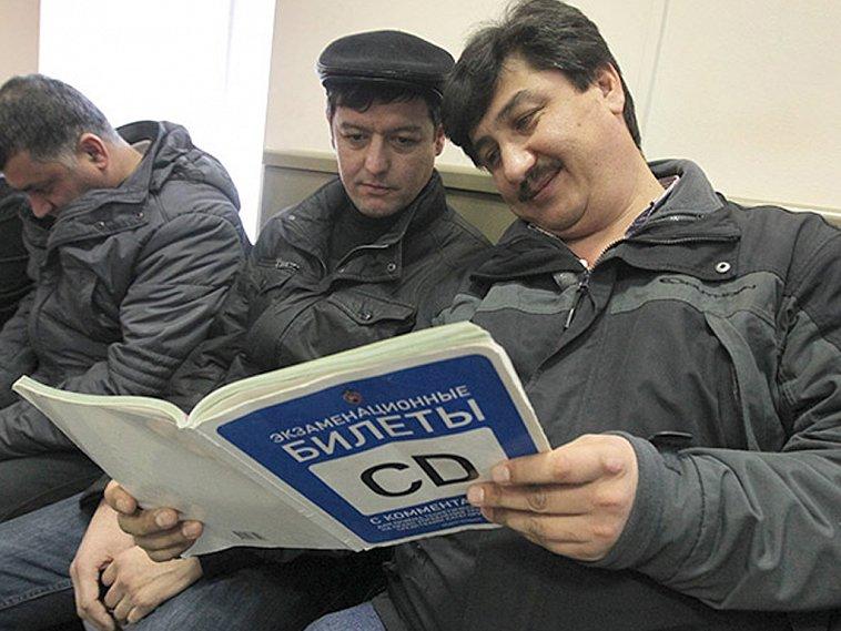 Иностранцам без российских прав запретили работать вРФ
